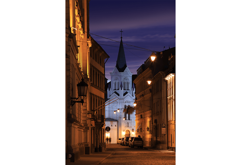 Lowlight image of European alleyway - sample photo by Canon 6D Mark II