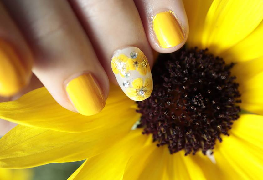 Image of sunflower nail art taken with EOS M200