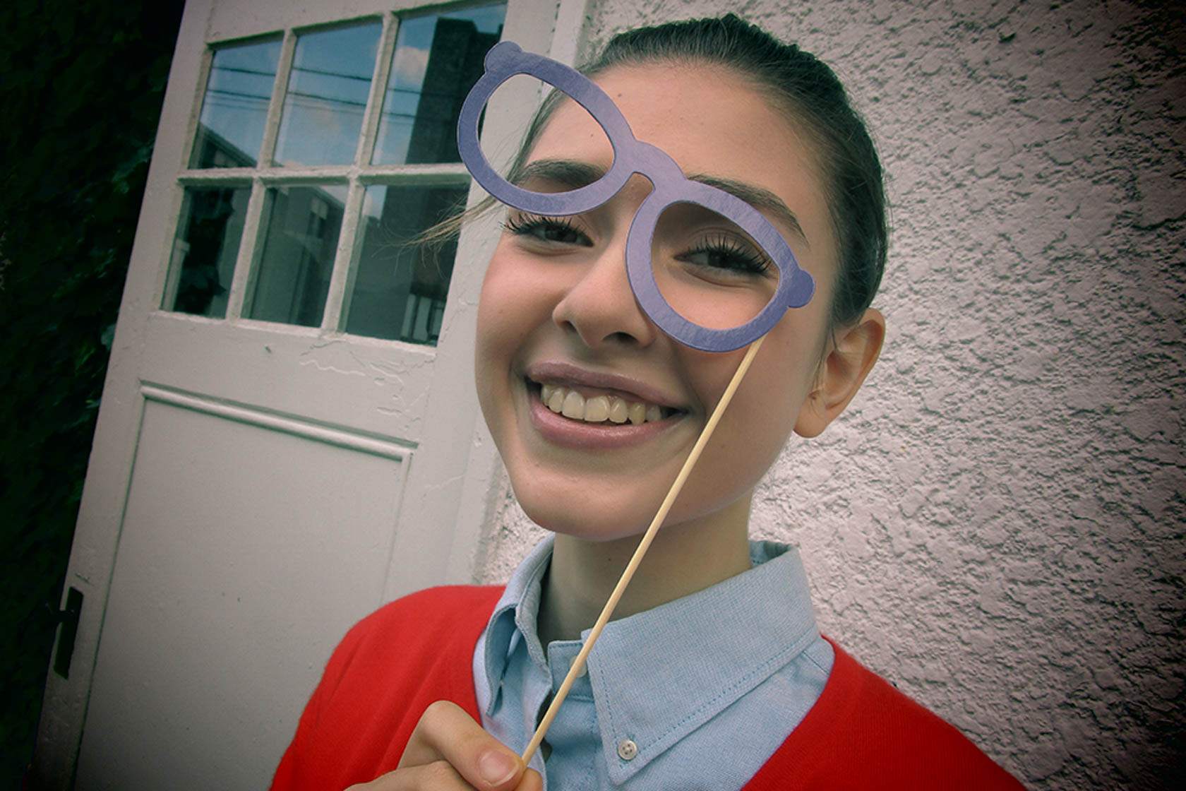 Image of a girl wearing purple glasses shot on the IXUS 180
