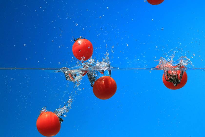Tomatoes dropping into water taken with Canon Speedlite 430EX III flash