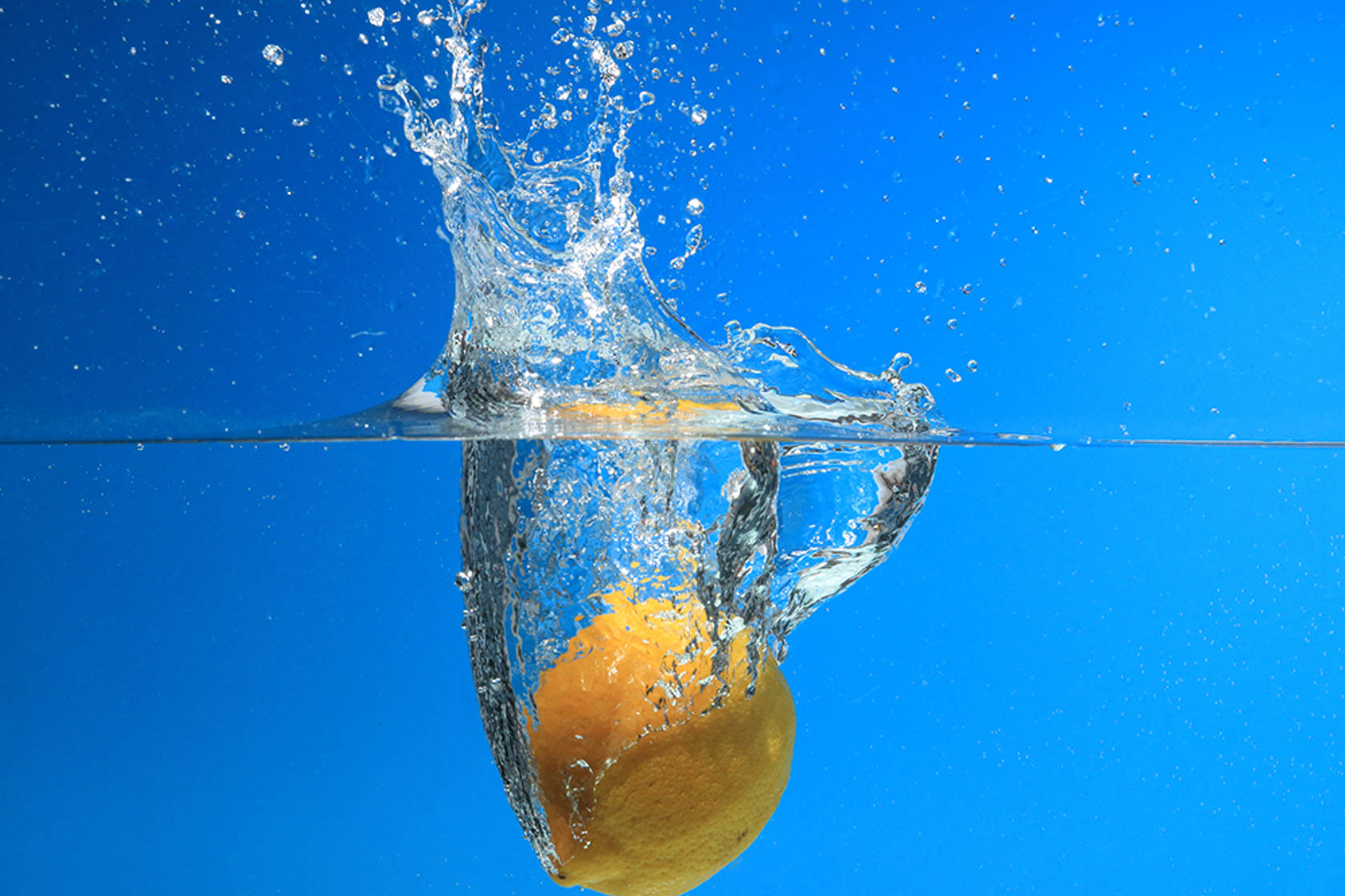 Lemon dropping into water taken with Canon Speedlite 430EX III flash