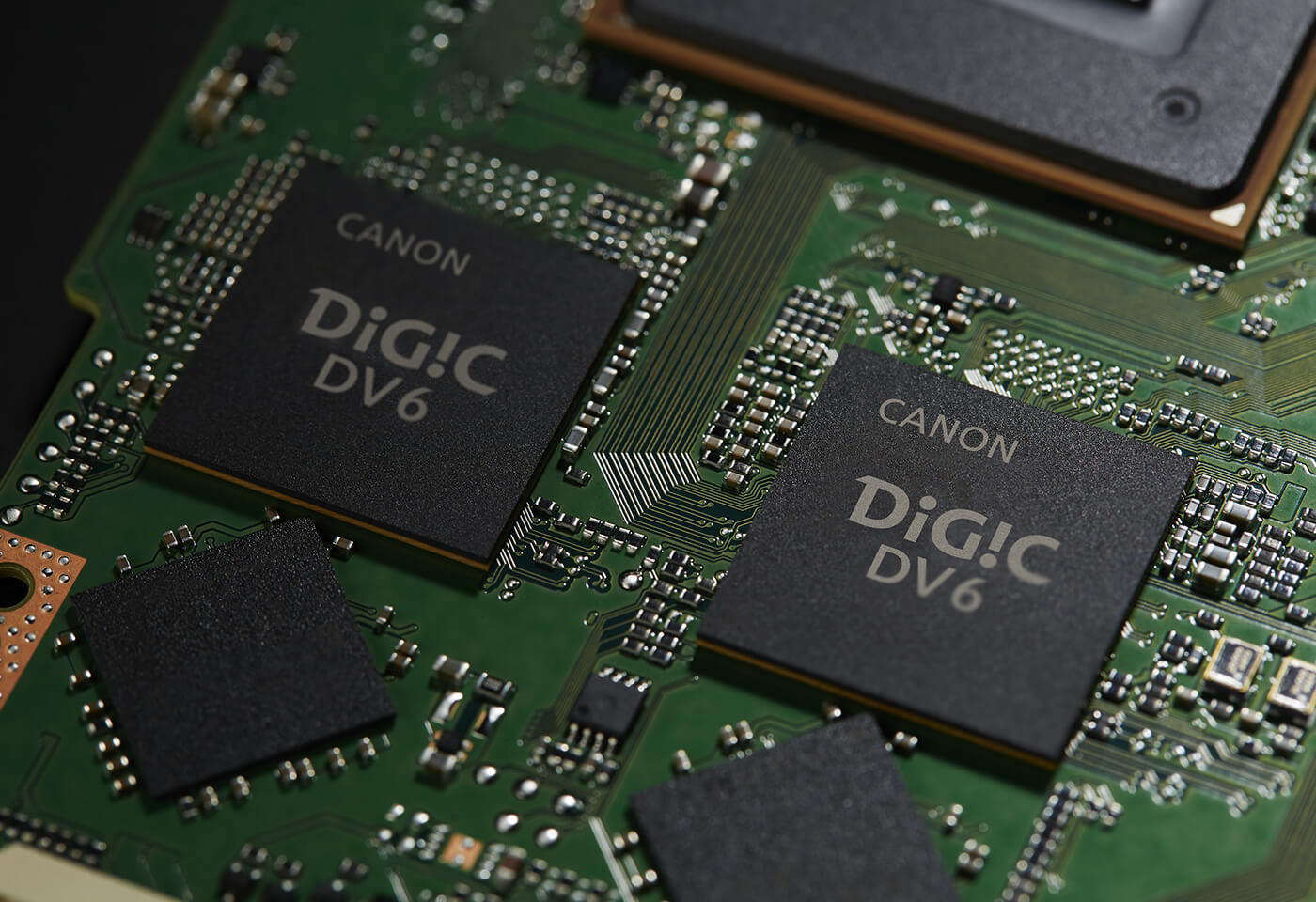 Dual DIGIC DV 6 image processors give you recording ability internally 4K UHD/50P MP4, 4K DCI RAW Light and continuous 120fps high frame rate in Full HD.