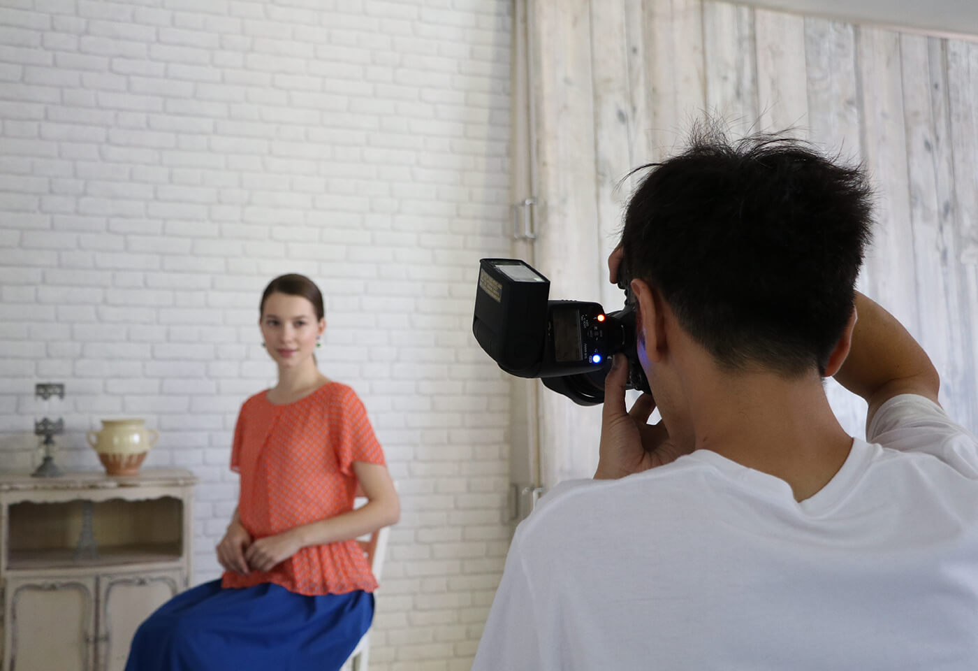 Image of photographer taking portrait with 470EX-AI Speedlite