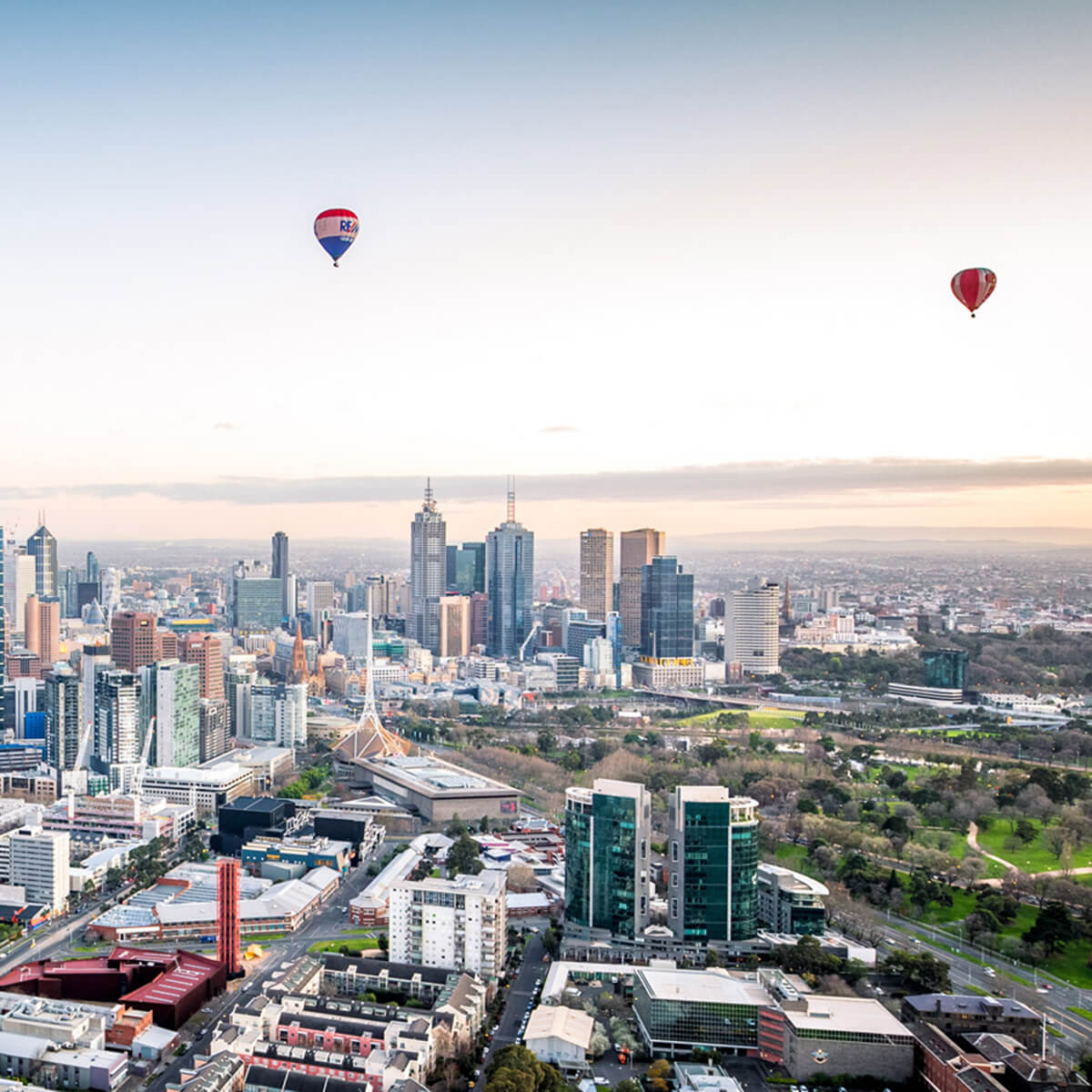 Image of hot air balloons over Melbourne CBD