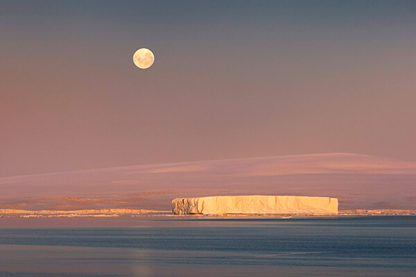 Photo of moonrise by Peter Eastway
