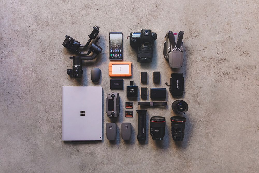 flat lay of recommended camera gear. Photo by @itchban